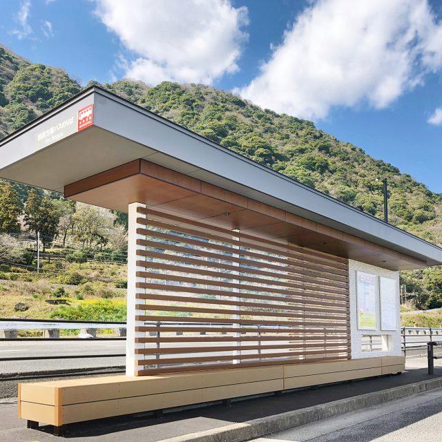 バス停留所の壁面に、光を通し開放的なスペースをつくる格子デザイン