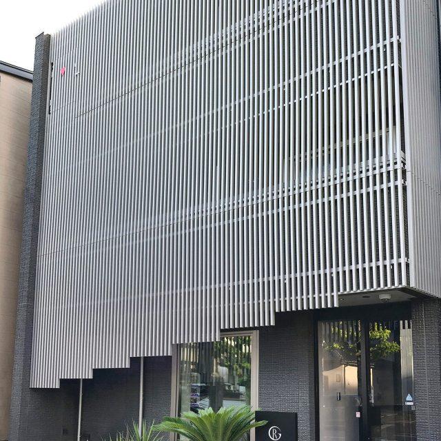 メタルカラーのストリンガーシリーズ 溝付格子材で重厚感のあるデザインに