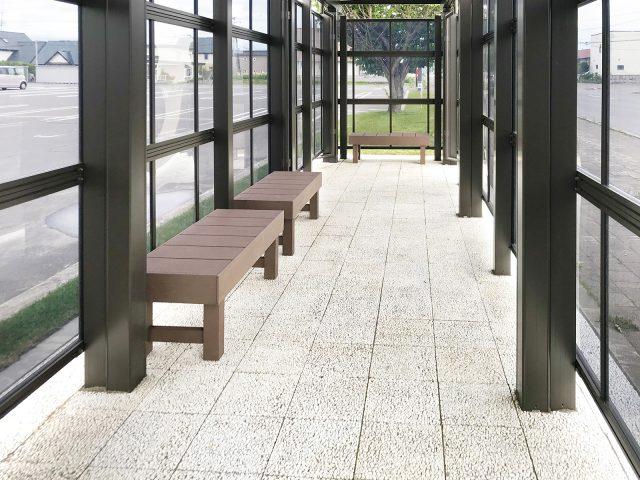 待合い室のベンチに人工木材エバーエコウッド ぬれ縁を使用