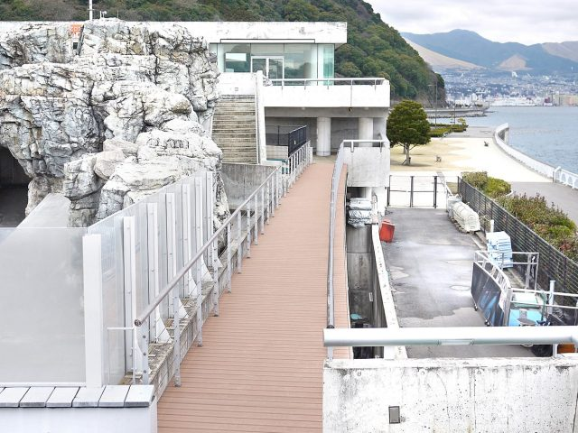 エバーエコウッド CONTRACT デッキを、建物を結ぶ通路の床材として使用