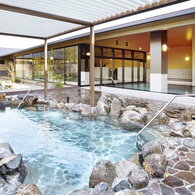 落ち着いた木目調の柱など、温泉施設の風情ある雰囲気と調和します