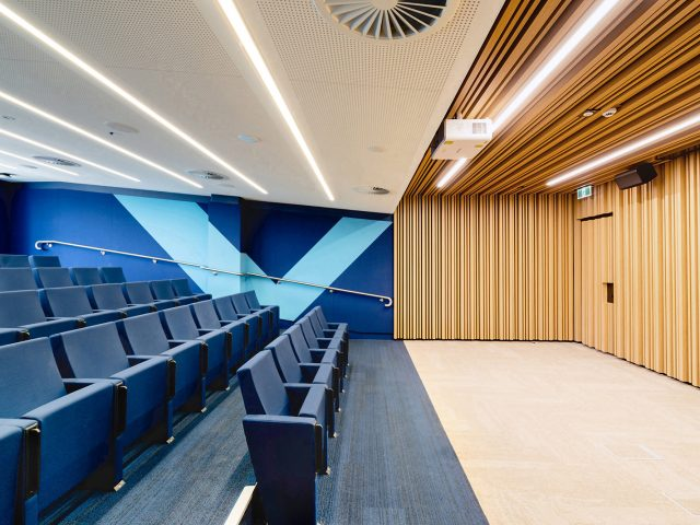 屋内の壁に木目調の格子材を使い、木の温かみを感じる立体的な演出に(オーストラリア現場施工)