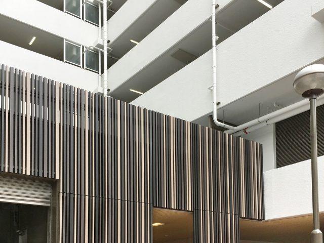 ストリンガーシリーズ3色を外装に使い、建物のデザインにアクセントを