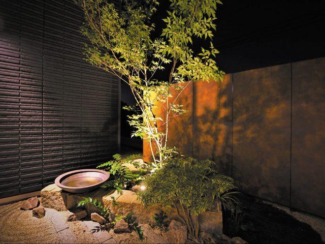 エバーアートボード(オキシコッパー)を和の背景にあわせて、水鉢が和の風情を演出します