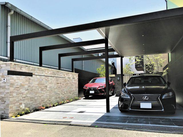 ルーフの半分をオープンにすることで、開放的で明るい駐車スペースに