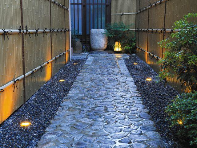 ほんのりライトアップされた竹垣。情緒ある小路を演出します