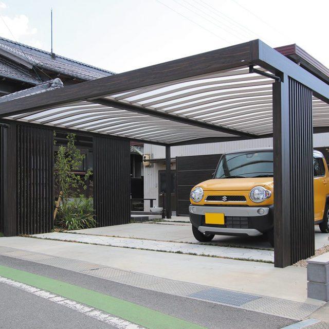 黒の木目調で統一した車庫まわり。落ち着いた雰囲気に