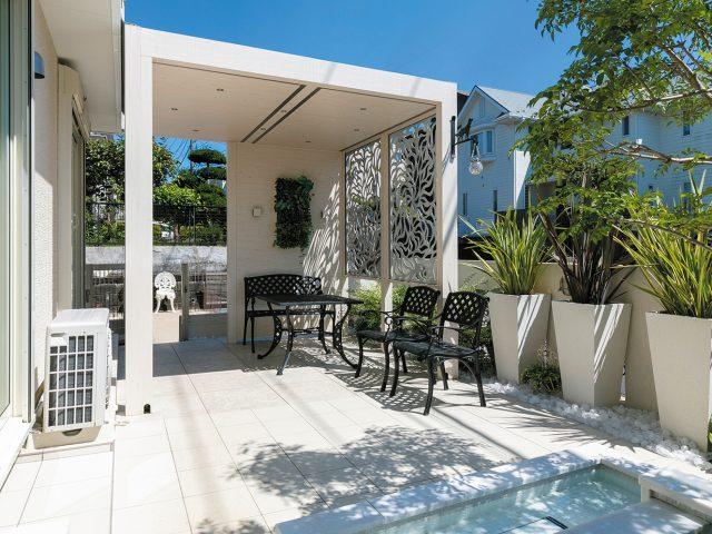 ホワイトパインの木目調とデザインパネルが、リゾートスタイルのお庭とも調和します