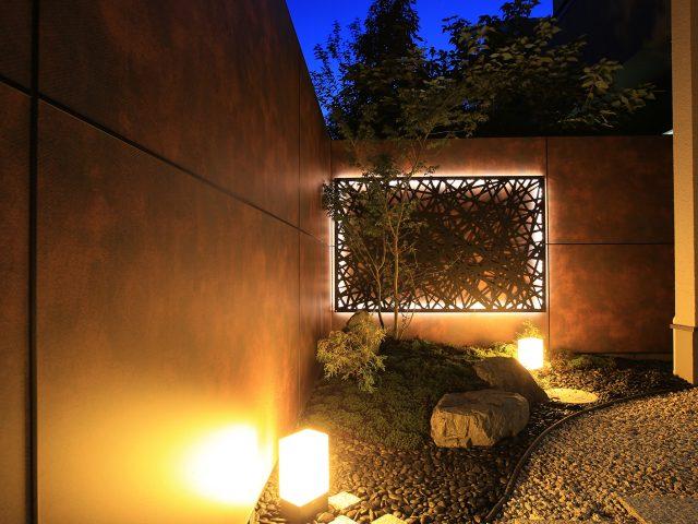 デザインパネルと照明で創作的な庭に
