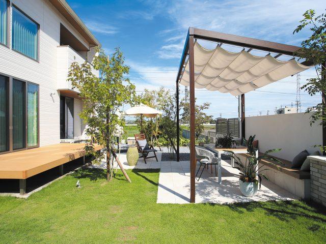 芝生のグリーンと調和する木柄のポーチテラス シンプルスタイル