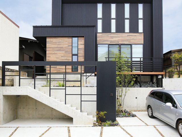 玄関アプローチをデザイン性の高い住まいの「顔」にする外構アイテム