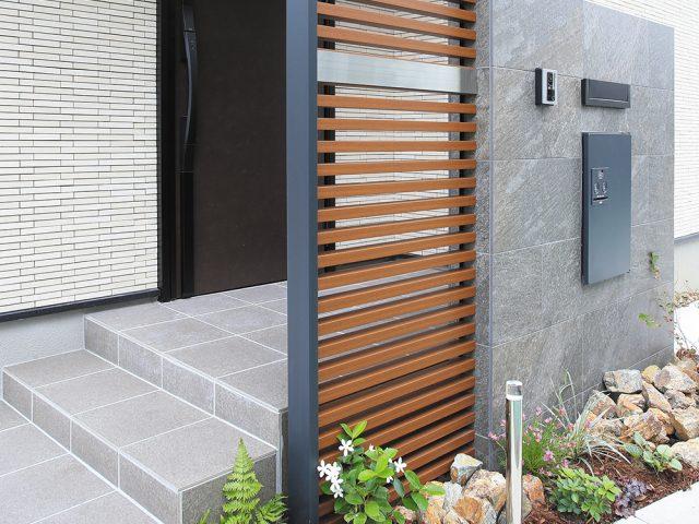 木目調の格子材を使ってデザイン性と機能性のある門袖に