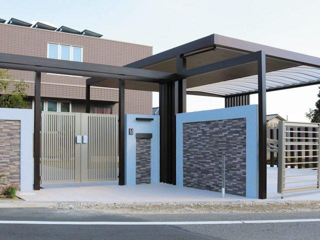 広い駐車スペースにも対応するカーヤードスタイル。屋根半分をポリカ仕様にして明るく