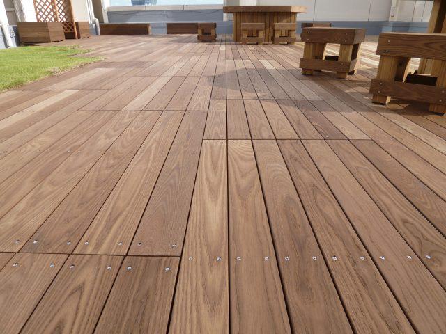 ホワイトアッシュ材を炭化木材にしたタンモクアッシュ。表面硬度が高いのが特徴です