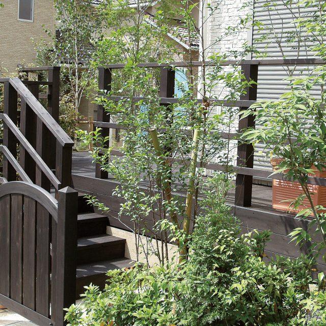 天然木製ゲートをデッキのカラーと合わせてアジアンブラウン塗装で仕上げる