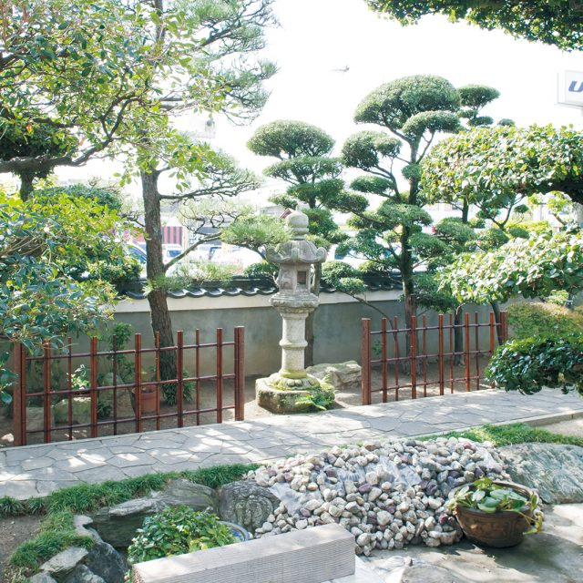 四ツ目垣フェンスL型 すす竹の色が落ち着いた印象に