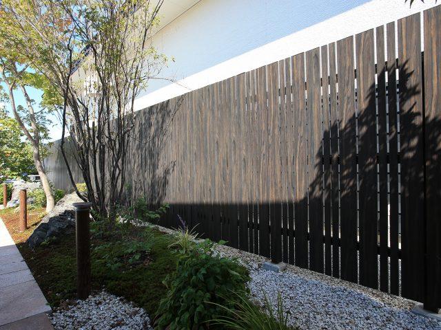 エバーアートウッドフェンスの縦貼りユニット。2つの違う幅の板でデザインされた縦貼ユニット