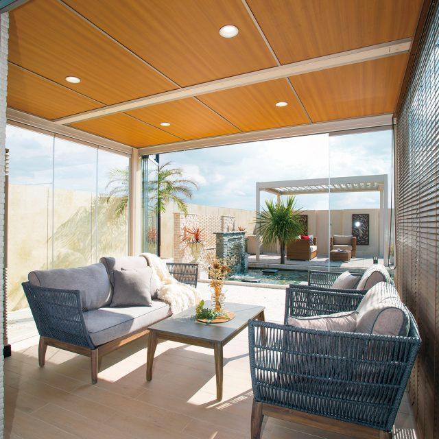 庭につくるもう一つのリビングの床に、木目調タイルで心地よい空間に