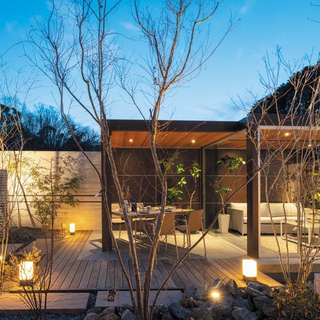 オールグラスポーチでつくるリビングガーデン。心地よい庭での暮らし