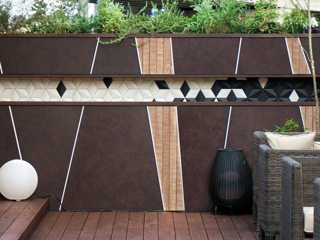 「ラスティコッパー」と「なぐり」の2色を使って壁面をデザイン