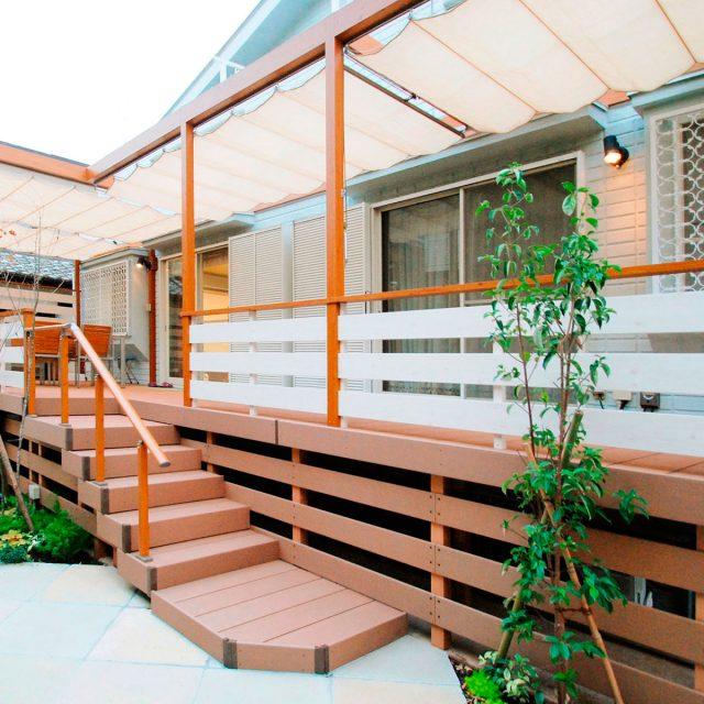 フレーム・ポーチとエコウッドデッキの色を合わせて建物と調和を図る