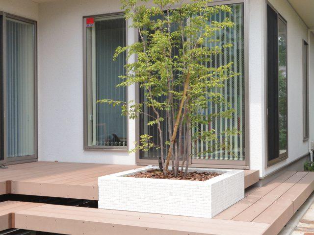 夏場の温度上昇を軽減した天然木の風合いのある人工木材。エバーエコウッドⅡデッキ