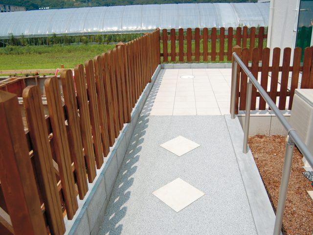 アプローチに天然木のe-ウッドフェンス