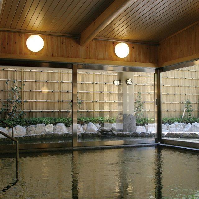 露天風呂には高さのある和風目かくしを
