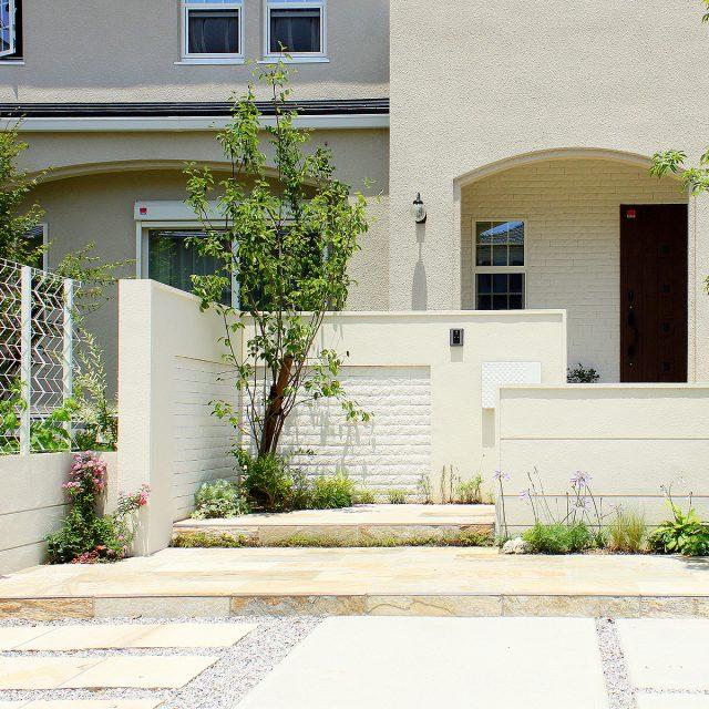 建物全体の雰囲気と調和したトレメッシュシングルのホワイトカラー