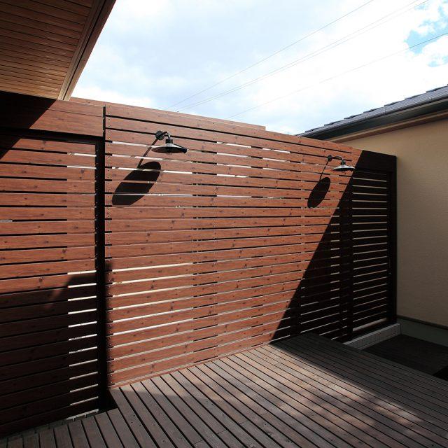 デッキと調和した「アルミ平板」の板塀フェンス