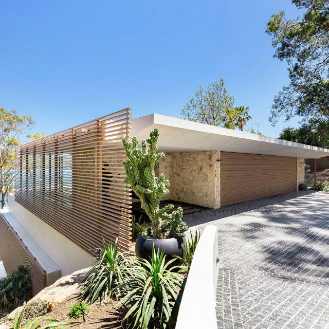 建物の意匠性を高める格子材。自然に溶け込む素材は、目かくしとしても効果をもちます