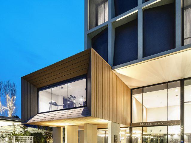 近未来的なデザインとも調和する木目調エバーアートボード(オーストラリア現場施工)