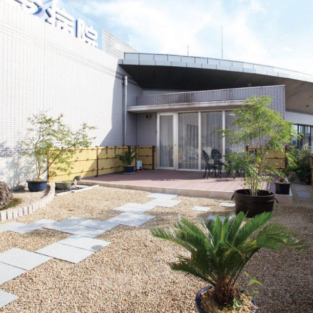 背が低めの竹垣で空間を装飾し、植物との組み合わせで和の屋上庭園に