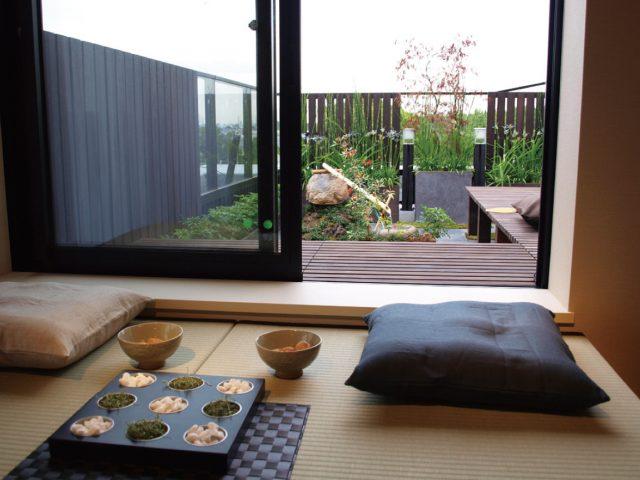 床材を使って、室内とつながる心地よい空間に