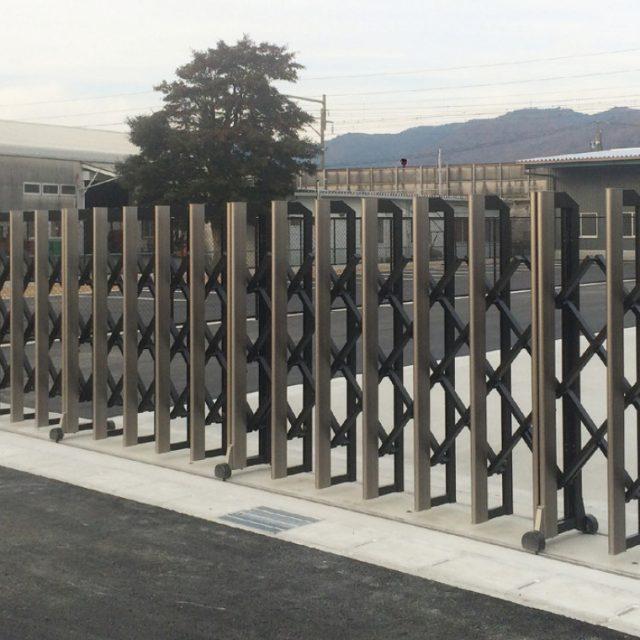 さまざまな敷地条件に合わせてデザインできる大型伸縮門扉