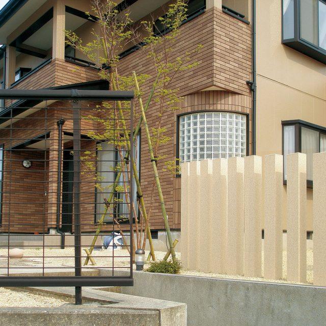 重厚感のある門まわりのアクセントに石柄のスリットフェンス用格子材