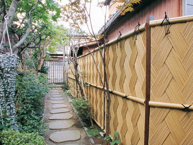 女竹の編み込みが独特の陰影と色の深みを演出します