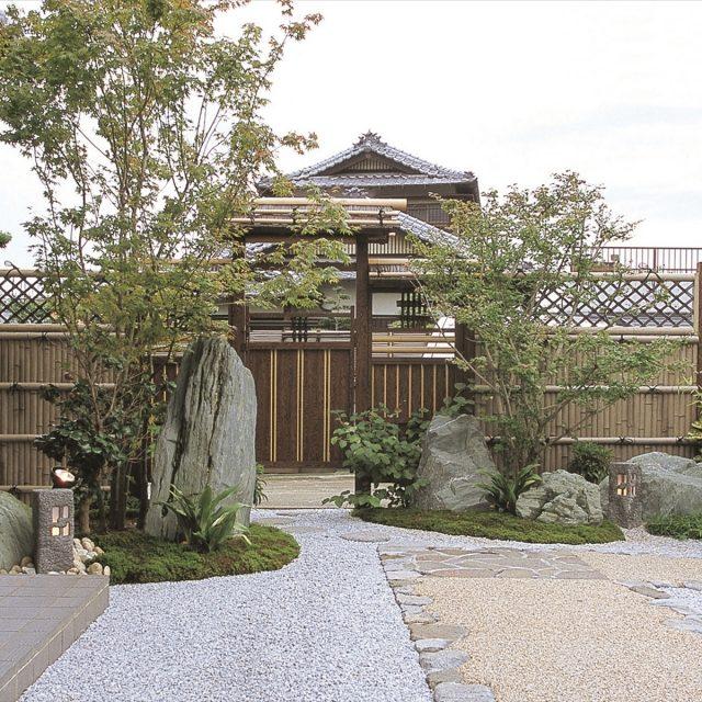 竹垣の風合いが時の流れを感じさせる門まわり