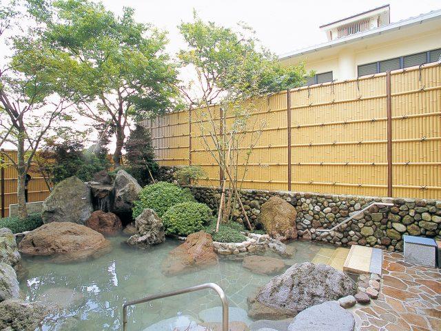 露天風呂の目かくしにユニット竹垣