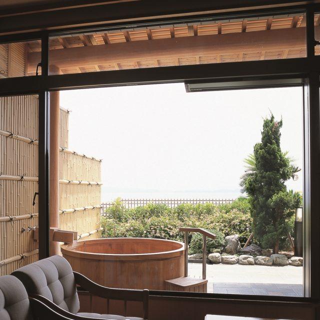旅館の雰囲気に合わせた竹垣を間仕切りとして