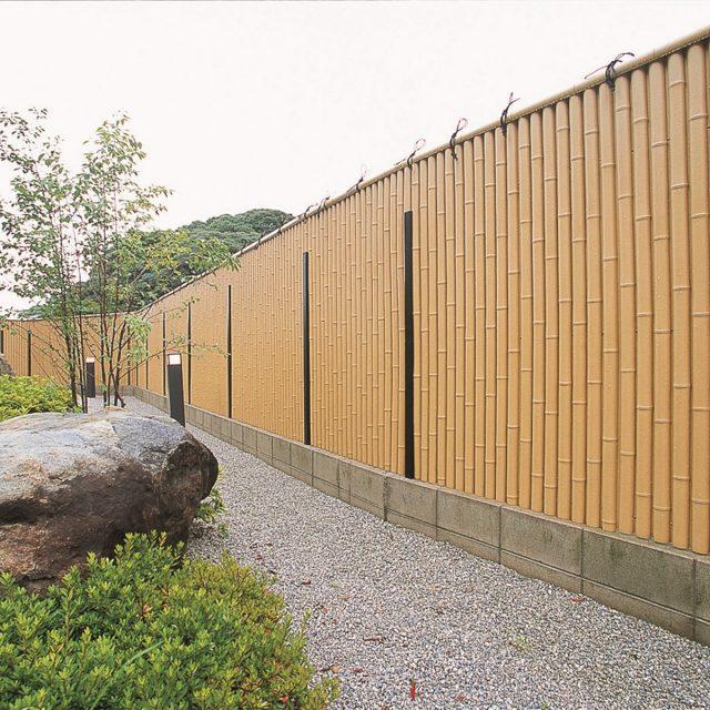 存在感を放つ竹垣の表情が印象的な和風庭園