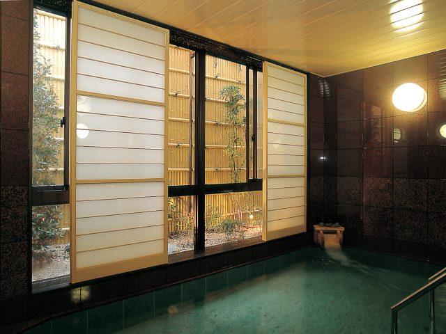 お風呂の外観にユニット建仁寺垣