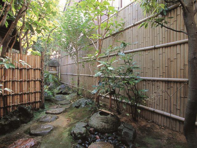 坪庭の背景に情緒のある古竹の竹垣