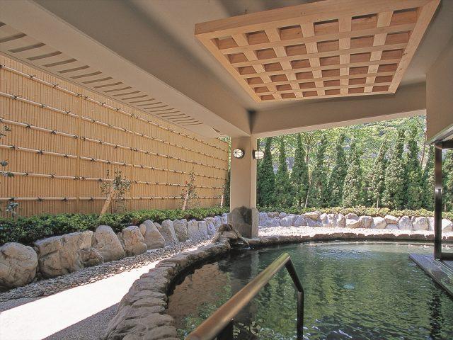 開放感のある露天風呂に高さのある竹垣目かくし