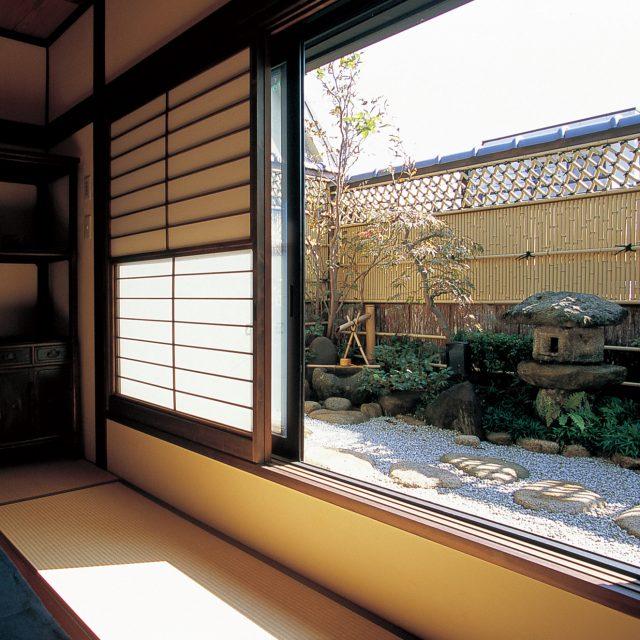 室内から見る洗練された和風庭園