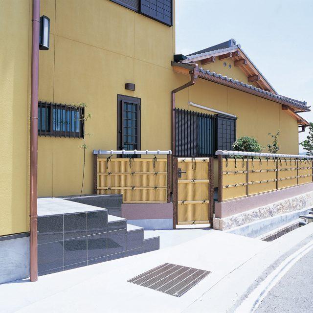 エバーバンブーに合わせた和の扉に丸竹清水垣扉
