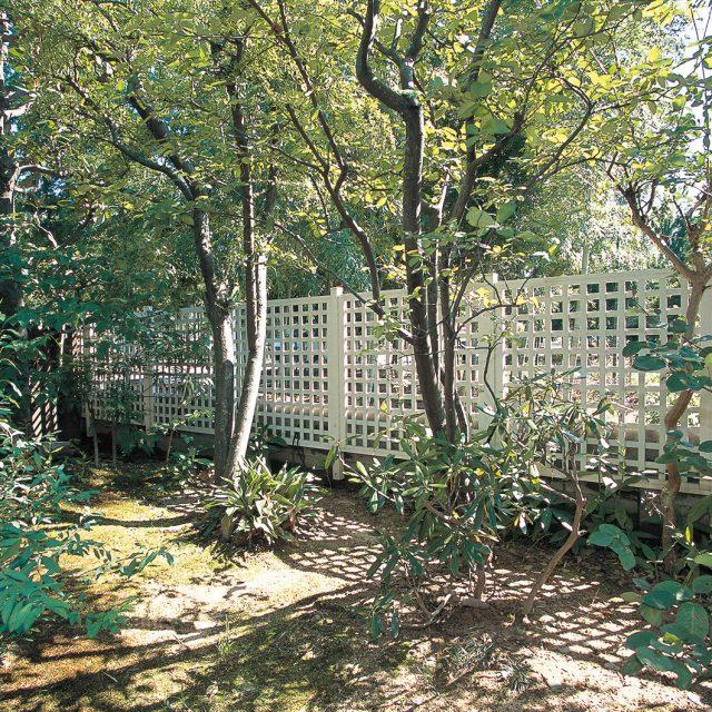緑豊かな環境に白いフェンスが映えます