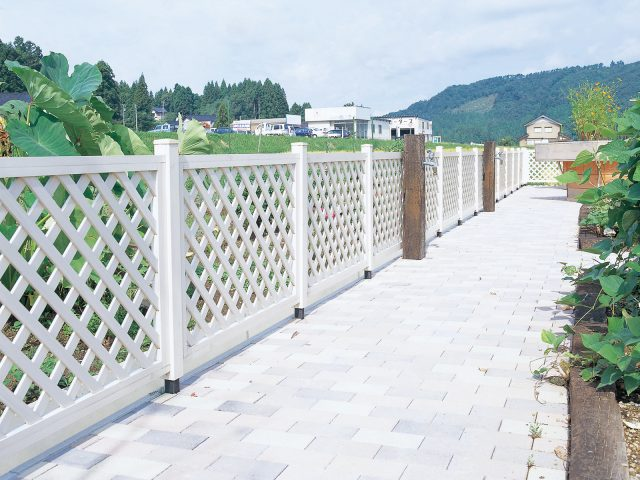 e-モクプラの白いフェンスが美しく境界を仕切ります
