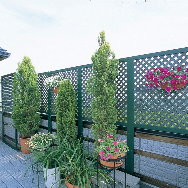 植栽を彩るグリーンカラーのe-プライバシーNパネル