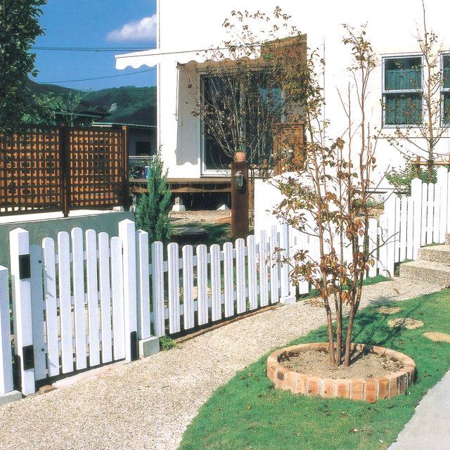 天然木の白いフェンスとゲートがかわいらしい印象に